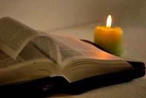 Bibel mit Kerze