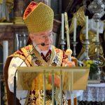Erzbischof Alois Kothgasser bei der Altarweihe in Axams