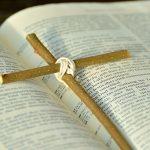 Bibel mit Kreuz